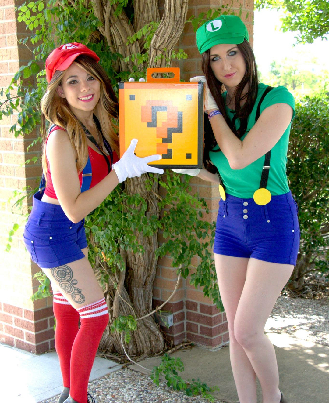 Super Mario & Luigi cosplay girls